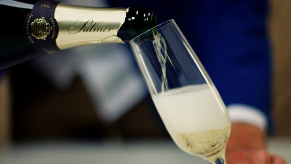 How to pour sparkling wine